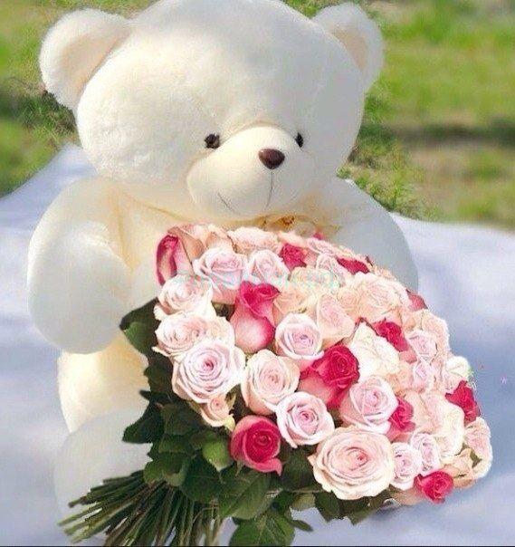 Большой плюшевый медведь с цветами